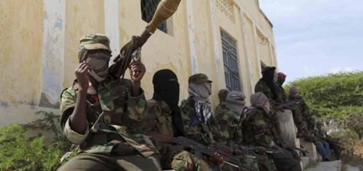 Al Shabaab soldiers sit outside a building during patrol along the streets of Dayniile district in Southern Mogadishu, March 5, 2012 (Photo: Reuters)
